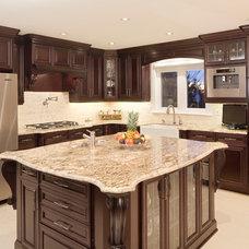 Traditional Kitchen by Viva Kitchens
