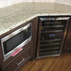 Modern Kitchen by Avanti Kitchens & Custom Cabinets Inc.