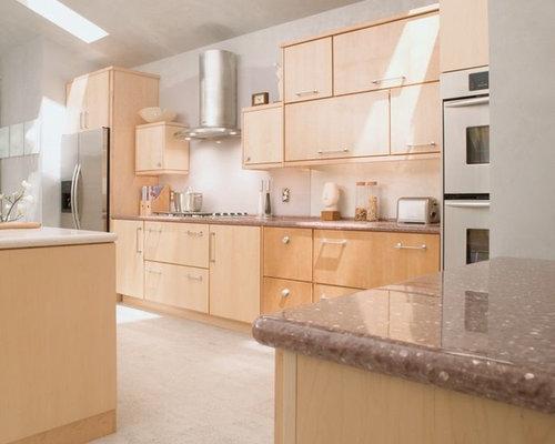 wohnk chen mit hellen holzschr nken und arbeitsplatte aus. Black Bedroom Furniture Sets. Home Design Ideas