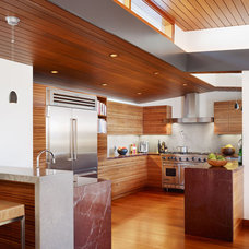 Tropical Kitchen by Rockefeller Partners Architects