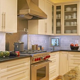 シアトルのコンテンポラリースタイルのおしゃれなキッチン (シルバーの調理設備) の写真