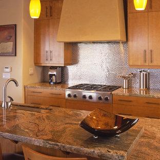 Immagine di una grande cucina contemporanea con lavello sottopiano, ante lisce, ante in legno scuro, top in granito, paraspruzzi a effetto metallico, paraspruzzi con piastrelle di metallo, elettrodomestici in acciaio inossidabile, pavimento in pietra calcarea e isola