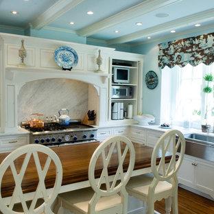 Foto de cocina clásica con encimera de madera