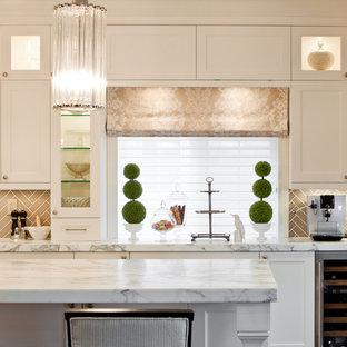 Неиссякаемый источник вдохновения для домашнего уюта: кухня в викторианском стиле с фасадами с утопленной филенкой, белыми фасадами, мраморной столешницей, коричневым фартуком, техникой из нержавеющей стали и фартуком из керамической плитки