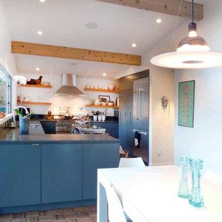 Idéer för att renovera ett funkis blå blått kök, med släta luckor och brunt golv
