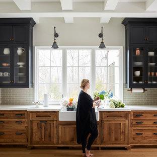 Diseño de cocina campestre, grande, sin isla, con fregadero sobremueble, armarios con rebordes decorativos, encimera de mármol, salpicadero verde, salpicadero de azulejos tipo metro y suelo de madera clara
