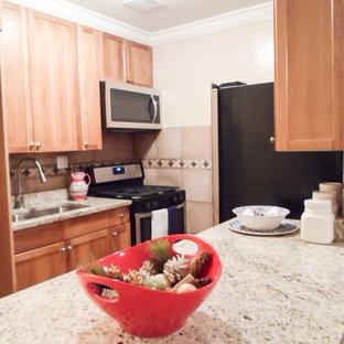 Bild på ett mellanstort funkis kök, med en dubbel diskho, släta luckor, skåp i mellenmörkt trä, granitbänkskiva, flerfärgad stänkskydd, stänkskydd i terrakottakakel, rostfria vitvaror, laminatgolv, beiget golv och en köksö