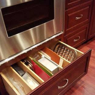 ポートランドの広いトラディショナルスタイルのおしゃれなキッチン (ダブルシンク、レイズドパネル扉のキャビネット、濃色木目調キャビネット、御影石カウンター、ベージュキッチンパネル、セラミックタイルのキッチンパネル、シルバーの調理設備、無垢フローリング) の写真