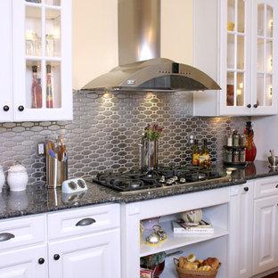 Foto di una cucina tradizionale con top in granito, paraspruzzi a effetto metallico e paraspruzzi con piastrelle di metallo