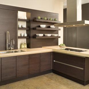 Foto di una cucina minimal di medie dimensioni con lavello sottopiano, ante lisce, ante marroni, top in pietra calcarea, paraspruzzi marrone, elettrodomestici da incasso, pavimento in cemento e penisola