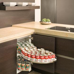 Immagine di una cucina contemporanea di medie dimensioni con lavello sottopiano, ante lisce, ante marroni, top in pietra calcarea, paraspruzzi marrone, elettrodomestici da incasso, pavimento in cemento e penisola