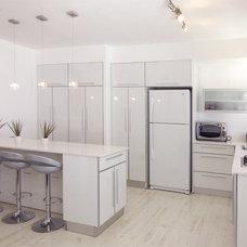 Modern Kitchen by Tali Stoff