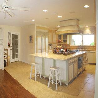 Offene, Große Landhaus Küche in U-Form mit Triple-Waschtisch, Glasfronten, Schränken im Used-Look, Marmor-Arbeitsplatte, Küchenrückwand in Gelb, Marmorboden und Kücheninsel in Miami