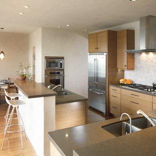 Стильный дизайн: угловая кухня среднего размера в стиле модернизм с обеденным столом, плоскими фасадами, фасадами цвета дерева среднего тона, разноцветным фартуком, фартуком из цементной плитки, техникой из нержавеющей стали и полом из бамбука - последний тренд