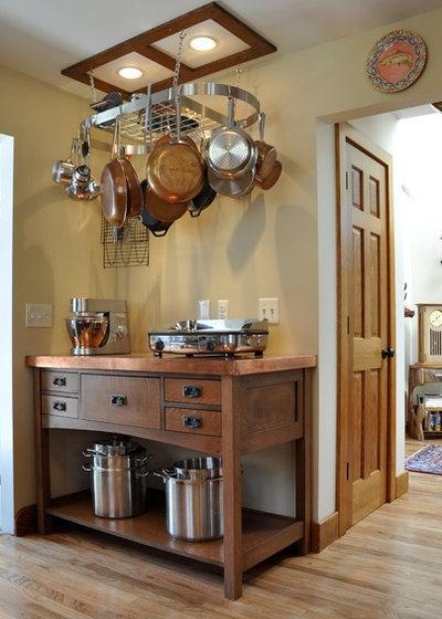 Craftsman Kitchen by Kitchen Thyme Design Studio Inc.