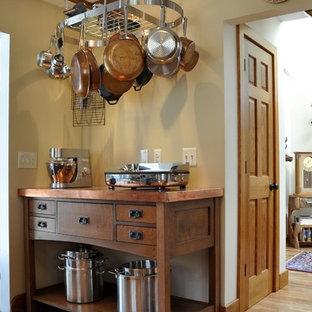 Cette image montre une cuisine craftsman avec un plan de travail en cuivre.