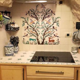 他の地域の中サイズの地中海スタイルのおしゃれなキッチン (タイルカウンター、セラミックタイルのキッチンパネル) の写真