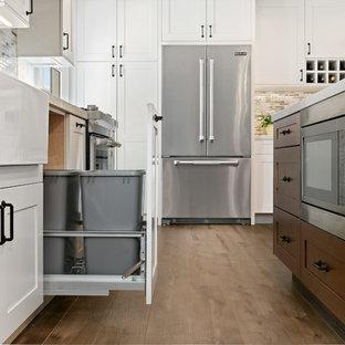 Exempel på ett stort klassiskt grå grått kök, med en rustik diskho, skåp i shakerstil, vita skåp, bänkskiva i kvarts, flerfärgad stänkskydd, stänkskydd i keramik, rostfria vitvaror, vinylgolv, en köksö och brunt golv