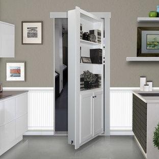 Cette image montre une grande arrière-cuisine linéaire minimaliste avec un évier 1 bac, un placard à porte plane, des portes de placard blanches, un plan de travail en quartz modifié, une crédence grise, une crédence en carreau de céramique, un sol en linoléum et une péninsule.