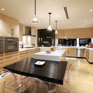 Idées déco pour une cuisine américaine avec un placard à porte plane et des portes de placard en bois clair.
