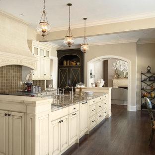 ミネアポリスの中サイズのトラディショナルスタイルのおしゃれなキッチン (レイズドパネル扉のキャビネット、白いキャビネット、茶色いキッチンパネル、御影石カウンター、磁器タイルのキッチンパネル、濃色無垢フローリング、茶色い床、マルチカラーのキッチンカウンター) の写真