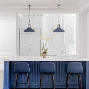 ニューヨークの中くらいのトランジショナルスタイルのおしゃれなキッチン (エプロンフロントシンク、シェーカースタイル扉のキャビネット、白いキャビネット、大理石カウンター、白いキッチンパネル、大理石のキッチンパネル、パネルと同色の調理設備、無垢フローリング、茶色い床、白いキッチンカウンター、折り上げ天井) の写真
