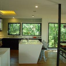 Modern Kitchen by Studio Momentum Architects, PC