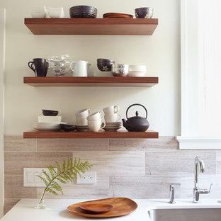 Idéer för ett litet modernt kök, med öppna hyllor, bänkskiva i kvarts, skåp i mellenmörkt trä, grått stänkskydd, rostfria vitvaror och stänkskydd i travertin