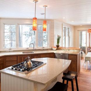 Foto på ett vintage kök, med bänkskiva i återvunnet glas, en undermonterad diskho, skåp i shakerstil, skåp i mellenmörkt trä och rostfria vitvaror