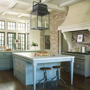 Foto di una grande cucina classica con ante blu, top in cemento, paraspruzzi in mattoni, elettrodomestici in acciaio inossidabile, parquet scuro, 2 o più isole, pavimento marrone, lavello sottopiano, ante a filo e paraspruzzi multicolore