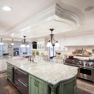 Idéer för att renovera ett vintage kök, med en undermonterad diskho, luckor med lamellpanel, vita skåp, beige stänkskydd, rostfria vitvaror, mellanmörkt trägolv och en köksö