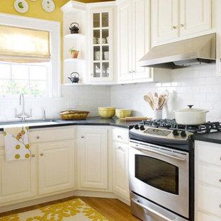 Exemple d'une petit cuisine américaine parallèle rétro avec un placard à porte plane, un plan de travail en bois, un sol en bois peint, 2 îlots et un plafond en papier peint.