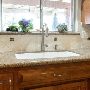 サクラメントのおしゃれなキッチン (シングルシンク、レイズドパネル扉のキャビネット、中間色木目調キャビネット、クオーツストーンカウンター、白いキッチンパネル、セラミックタイルのキッチンパネル、白い調理設備、アイランドなし) の写真