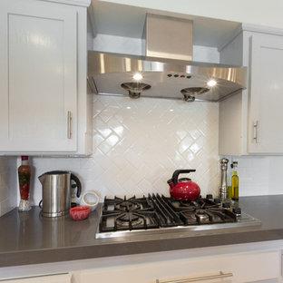 Inspiration för avskilda moderna l-kök, med en rustik diskho, vita skåp, bänkskiva i kvarts, vitt stänkskydd, bambugolv och en halv köksö