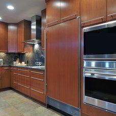 Modern Kitchen by Kitchen Designs by Ken Kelly, Inc. (CKD, CBD, CR)