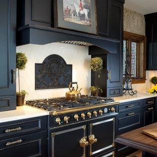 Große Klassische Wohnküche in U-Form mit Schrankfronten mit vertiefter Füllung, schwarzen Schränken, Küchenrückwand in Beige, schwarzen Elektrogeräten, braunem Holzboden und Kücheninsel in New York