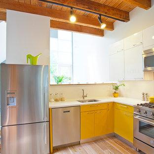 Urige Küche in L-Form mit Küchengeräten aus Edelstahl, Waschbecken, flächenbündigen Schrankfronten und gelben Schränken in Vancouver