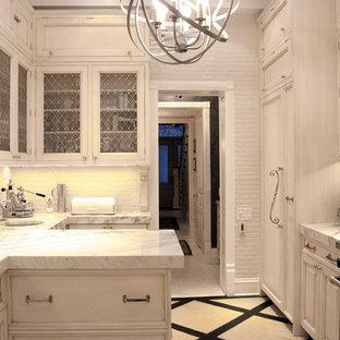 Zweizeilige, Geschlossene Klassische Küche mit Glasfronten, Elektrogeräten mit Frontblende, Rückwand aus Metrofliesen, Unterbauwaschbecken, weißen Schränken, Küchenrückwand in Weiß und Marmor-Arbeitsplatte in Chicago