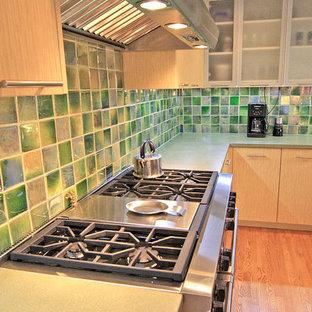 シカゴの中サイズのコンテンポラリースタイルのおしゃれなキッチン (アンダーカウンターシンク、フラットパネル扉のキャビネット、淡色木目調キャビネット、コンクリートカウンター、緑のキッチンパネル、セラミックタイルのキッチンパネル、シルバーの調理設備、無垢フローリング、アイランドなし) の写真