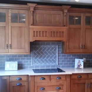 コロンバスの中サイズのおしゃれなキッチン (ダブルシンク、シェーカースタイル扉のキャビネット、中間色木目調キャビネット、御影石カウンター、グレーのキッチンパネル、石タイルのキッチンパネル、シルバーの調理設備) の写真
