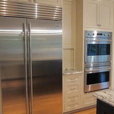 Traditional Kitchen by Advantage Contracting