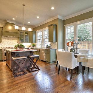 Mittelgroße Klassische Wohnküche in U-Form mit Doppelwaschbecken, Glasfronten, grünen Schränken, Quarzit-Arbeitsplatte, Küchengeräten aus Edelstahl, Kücheninsel, bunter Rückwand, Rückwand aus Mosaikfliesen, dunklem Holzboden und braunem Boden in San Francisco