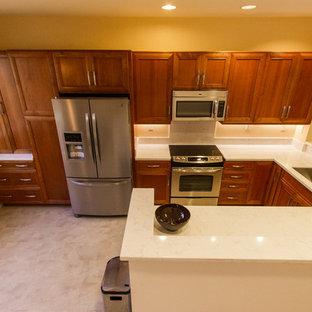 ハワイの中サイズのアジアンスタイルのおしゃれなキッチン (アンダーカウンターシンク、落し込みパネル扉のキャビネット、中間色木目調キャビネット、ライムストーンカウンター、白いキッチンパネル、石スラブのキッチンパネル、シルバーの調理設備の、アイランドなし、リノリウムの床、ベージュの床) の写真