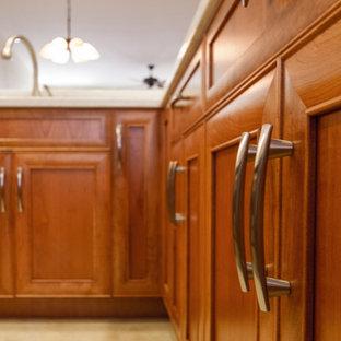 ハワイの中サイズのアジアンスタイルのおしゃれなキッチン (アンダーカウンターシンク、落し込みパネル扉のキャビネット、中間色木目調キャビネット、ライムストーンカウンター、白いキッチンパネル、石スラブのキッチンパネル、シルバーの調理設備の、アイランドなし、ラミネートの床、ベージュの床) の写真
