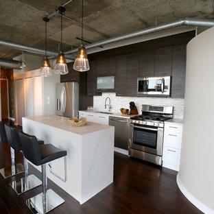 デトロイトの小さいインダストリアルスタイルのおしゃれなキッチン (フラットパネル扉のキャビネット、濃色木目調キャビネット、クオーツストーンカウンター、大理石の床、白い調理設備、濃色無垢フローリング、茶色い床、アンダーカウンターシンク、グレーのキッチンパネル、白いキッチンカウンター) の写真