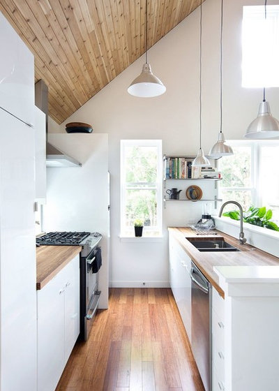 Scandinavian Kitchen by APT Renovation Limited