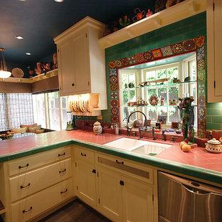 ロサンゼルスの小さいエクレクティックスタイルのおしゃれなキッチン (シングルシンク、シェーカースタイル扉のキャビネット、白いキャビネット、タイルカウンター、マルチカラーのキッチンパネル、セラミックタイルのキッチンパネル、シルバーの調理設備、濃色無垢フローリング、アイランドなし) の写真