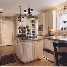 Traditional Kitchen by Bainbridge Crew