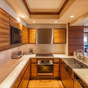 Geschlossene, Zweizeilige, Kleine Moderne Küche ohne Insel mit Landhausspüle, hellen Holzschränken, Marmor-Arbeitsplatte, Küchenrückwand in Beige, Küchengeräten aus Edelstahl, Bambusparkett, flächenbündigen Schrankfronten und Rückwand aus Marmor in San Diego