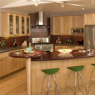 Inspiration för moderna rött l-kök, med luckor med glaspanel, rostfria vitvaror, en undermonterad diskho, skåp i mellenmörkt trä, rött stänkskydd och stänkskydd i mosaik